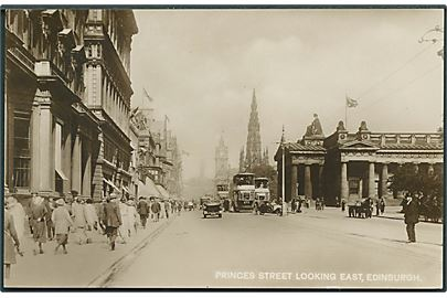 Princes Street looking east, Edinburgh. Dobbeltdækker sporvogne ses. Fotokort u/no.