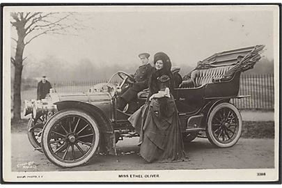 Miss Ethel Oliver foran automobil. Rapid Photo no. 3384.