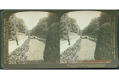 In the Palace Gardens, Royal Castle, Frederiksborg, Hillerød. The Perfec Stereograph. H. C. White Co. no. 4911. Stereokort. Uden adresselinier. 17,8 x 8,8 cm.